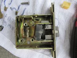 玄関ドアのラッチ箱錠の現場調査を行いました