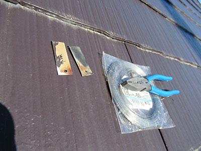 固定金具とステンレスワイヤーとペンチ