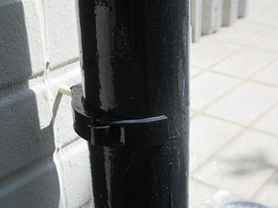 樋の固定金具が折れている様子