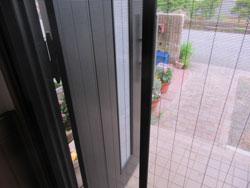 玄関ドア用網戸の取付を行いました